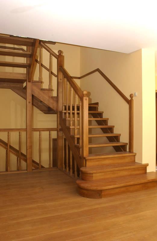 Деревянная лестница из дуба в стиле кантри.